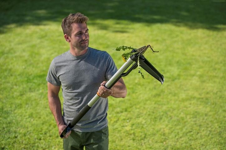 Vytrhávač plevele Fiskars SmartFit s teleskopickou rukojetí. Čtyři dlouhé čelisti uchopí plevel či kořeny ze všech stran a díky působení páky je práce velice snadná.