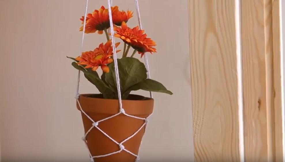 Závěsný květináč z provázků: Květinová retro dekorace