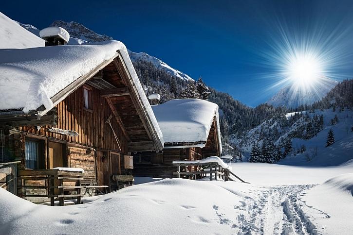 Nečekejte, až vám sníh začne padat na hlavu a ukliďte ho ze střechy včas (Zdroj: Depositphotos)