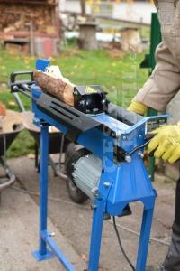 Štípačka dřeva výrazně urychlí jeho konečné zpracování