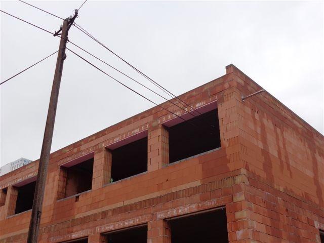 Antikutil – budovy postavené kolem vysokého napětí