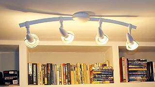 Jak snadno připevnit na strop lehký lustr aneb Použijte místo hmoždinek lepidlo