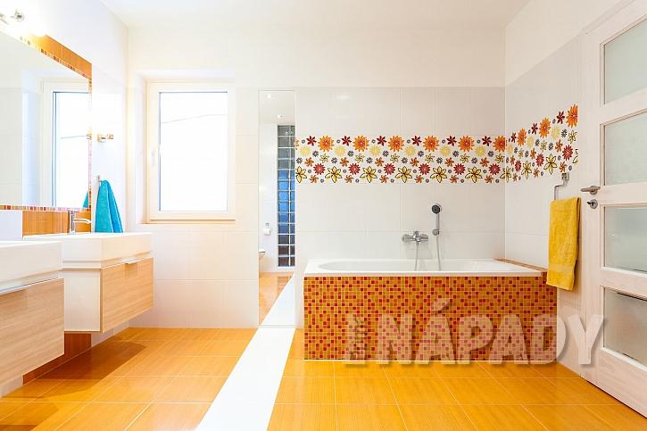 Oranžová dlažba v koupelně