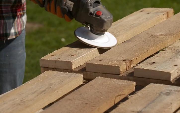 Vyrobte si originální stojan z palet (Zdroj: Prima DOMA)