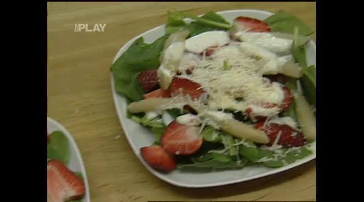 Chřestový salát se špenátem a jahodami