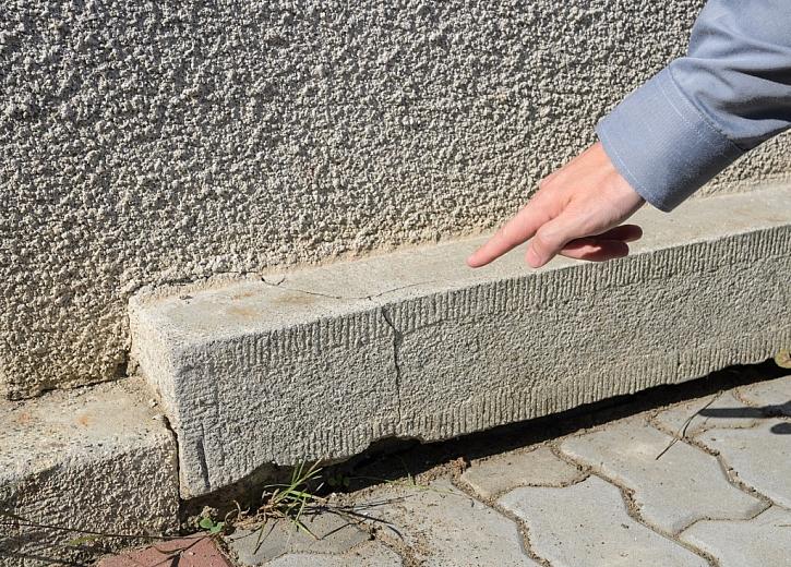 Poškozeným soklem proniká vlhkost do obvodového zdiva pod terénem