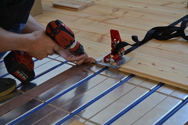 Výhody kombinace masivní dřevěné podlahy a podlahového vytápění: