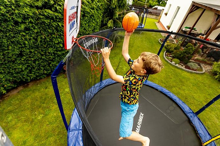 Chlapec s míčem na trampolíne