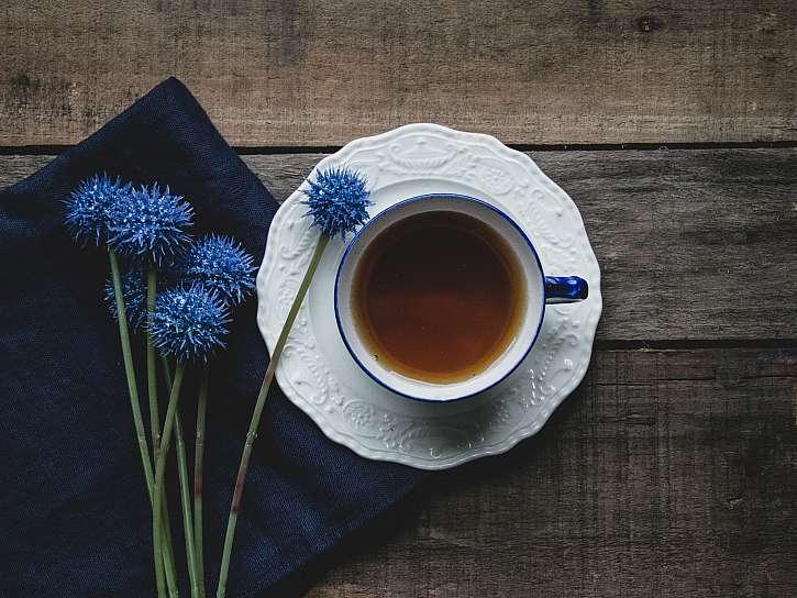 Čaj s modrými květinami