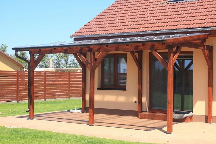 Pergola s celodřevěnou střešní konstrukcí a krytinou z polykarbonátu