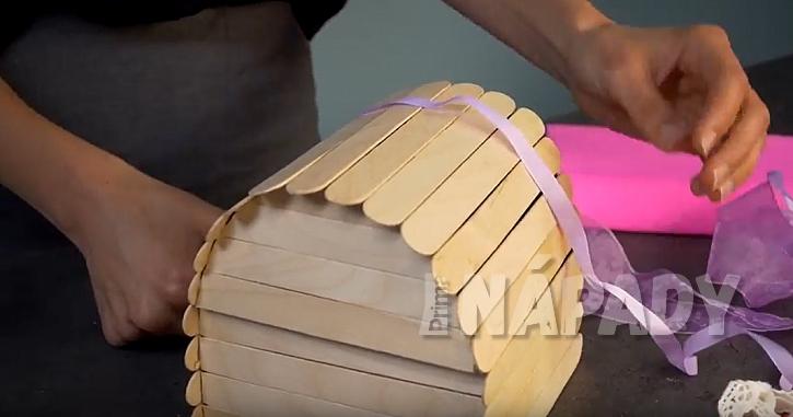Krabička na bonbony: nalepte stuhy a knoflík