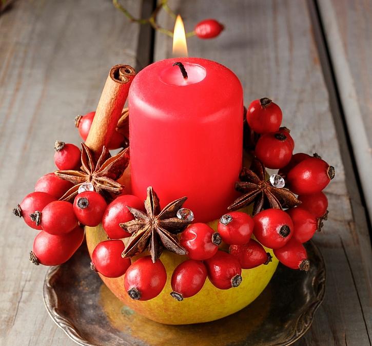 Z jablka, šípku a koření si můžeme vyrobit jednoduchý svícen (Zdroj: Depositphotos)