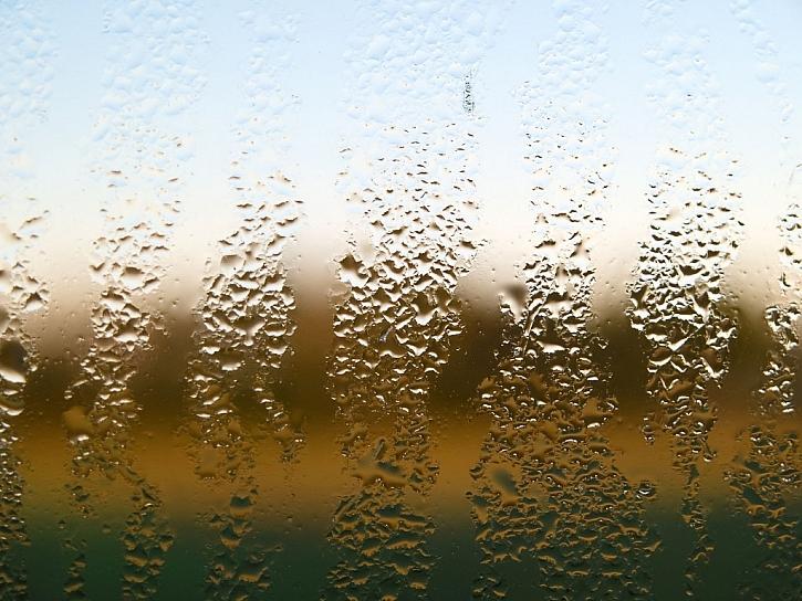Rosení je častý neduh starých i nových oken a svědčí o jejich špatném těsnění