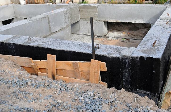 Základ vytvořený bedněním, opatřený bitumenovou hydroizolací