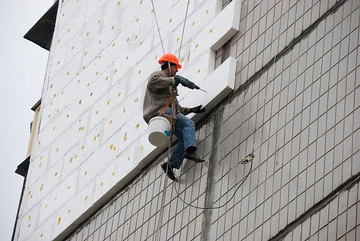Polystyrenové desky se na plášť budov lepí pomocí speciálního lepidla