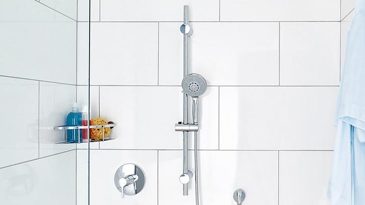 Nabídka koupelnových doplňků k umyvadlům, ale i do sprchových koutů je opravdu široká