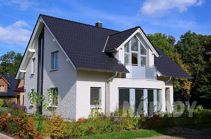 Bílé kamenné obložení domu