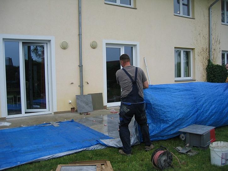 Pokládka za aprílového deště znamenala přikrýt dlažbu plachtou.
