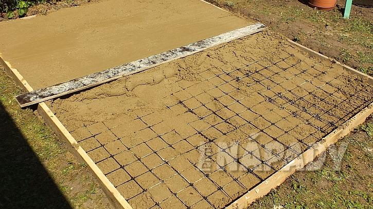 Chytrá síť jako výztuž betonu: druhou vrstvu betonu pomocí stahovací latě srovnáme