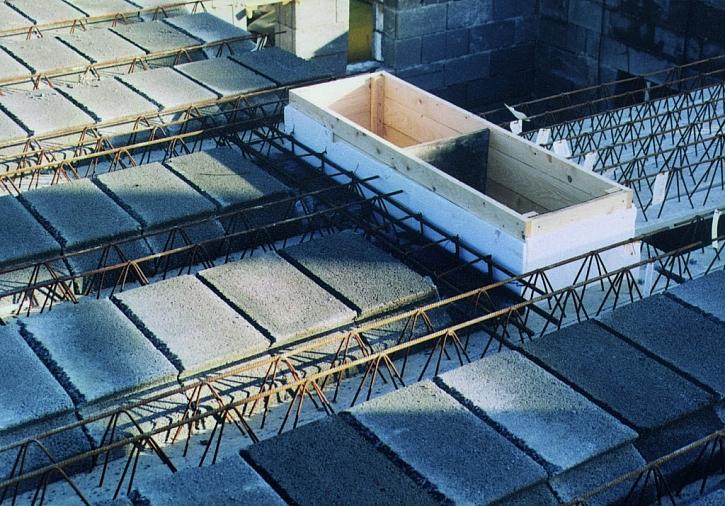 Pro betonové stropy mluví i snadné použití