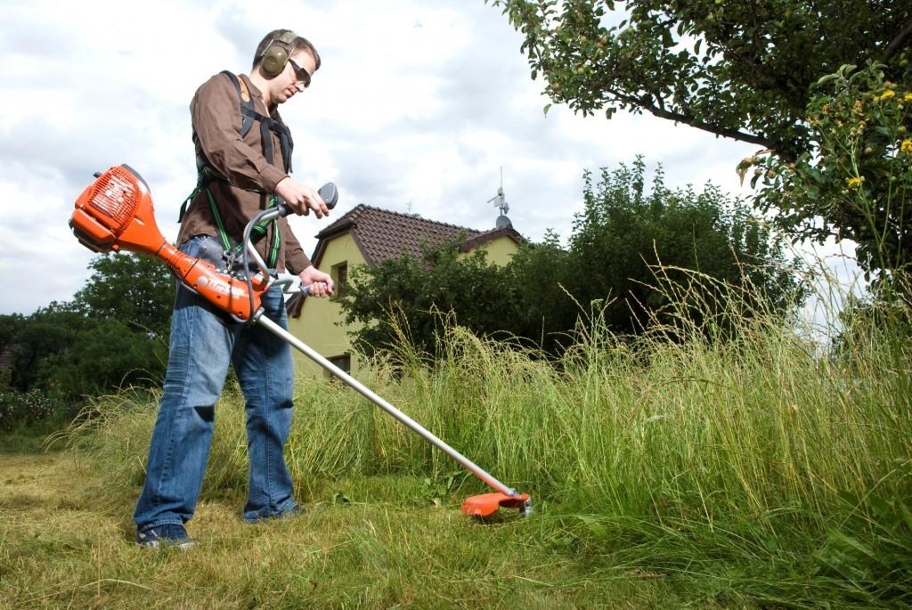 Křovinořez využijete při sečení vysoké trávy