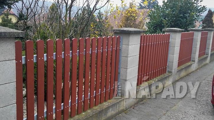Výměna starých plotových planěk za plastové  13