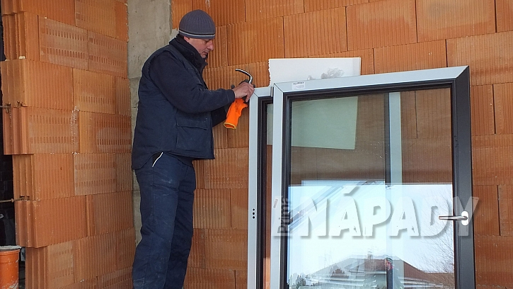 Montáž oken: pro montáž rámu si okenní křídla se skly z rámu vyndáme