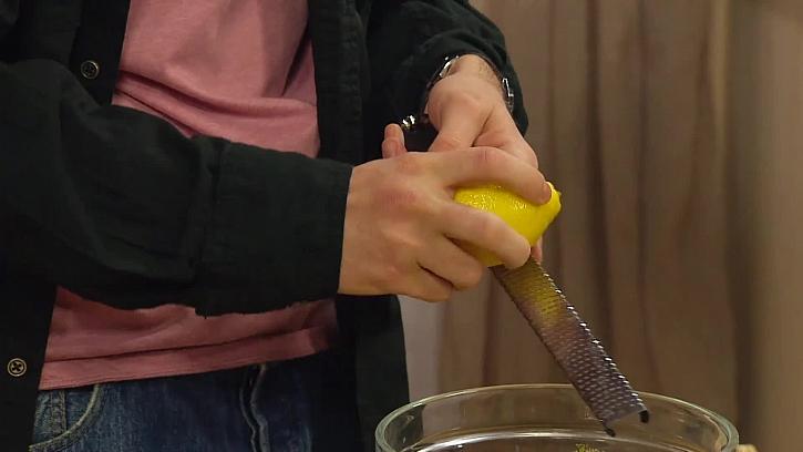 Strouhání citrónové kůry