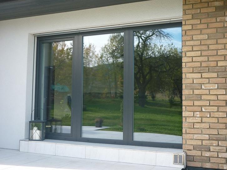 Plastová okna a balkónové dveře ve stále žádanějším šedém provedení (barva antracitová šeď)