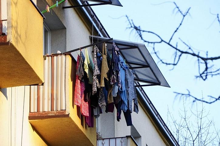 Sušení prádla na balkoně