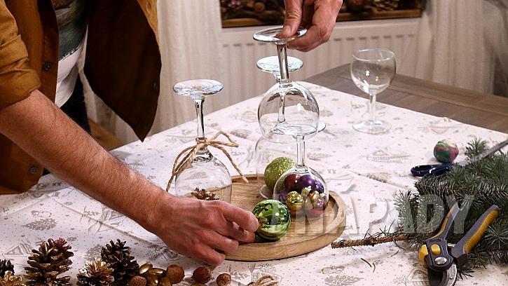 Vánoční svícen ze skleniček: na prkýnko dáme skleničky