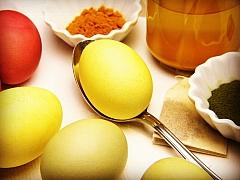 Barvení vajec přírodní cestou: Vyzkoušejte červenou řepu, cibuli i zelí