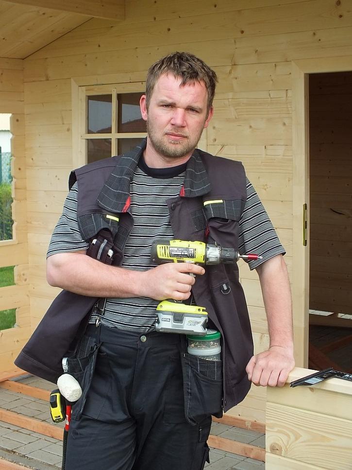 Práce hřeje, přes triko stačí vesta a hlavně spousta kapes.
