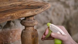Jak vrátit starému nábytku barvu a lesk bez chemických přípravků?