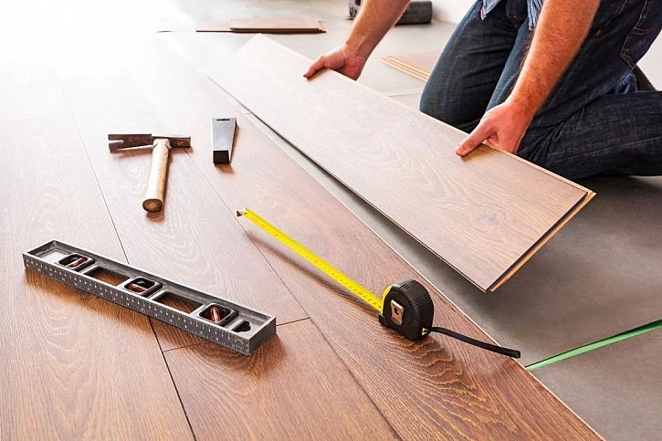 Plovoucí laminátové podlahy se spojí systémem pero + drážka a nepotřebují lepení