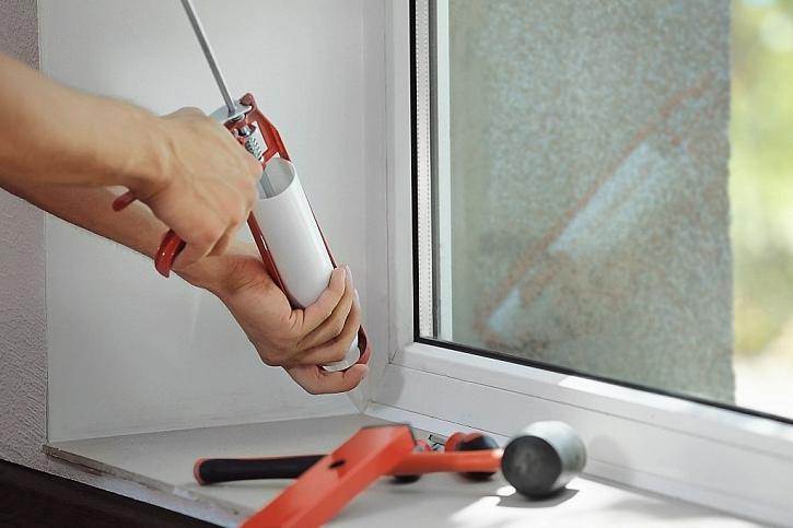 Spáry okolo oken je nutné zafixovat montážní pěnou nebo silikonem
