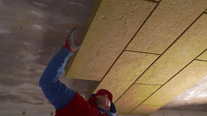 Dělníci se pustili do izolace stropu v garáži
