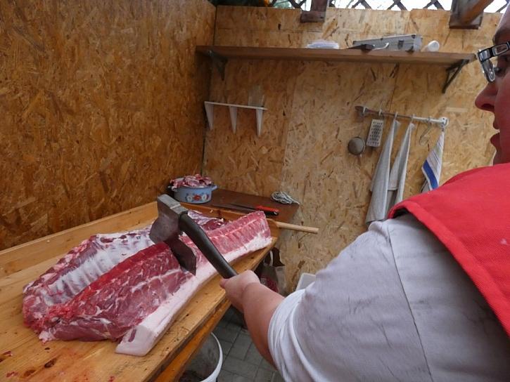 Krkovici a pečeni oddělte řezem nebo pomocí sekáče