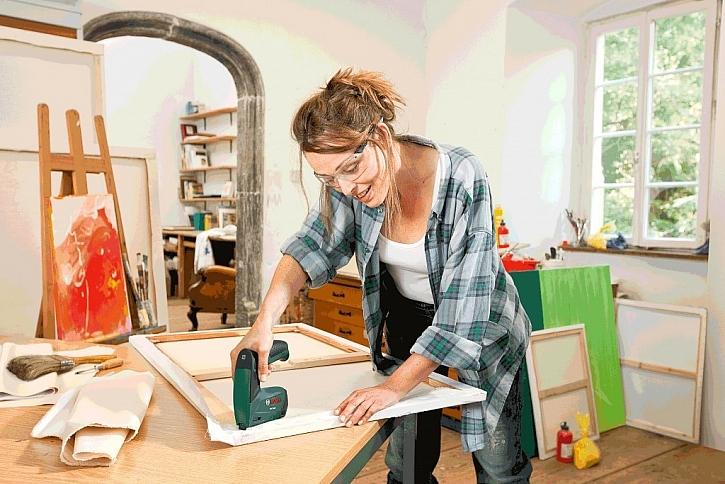 Pokud si netroufnete hned na nábytek, můžete si vyzkoušet potáhnout rám plátnem a pak na něj vlastnoručně namalovat obraz