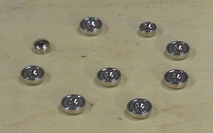 Pavel Kutil Zeman vyrábí cenu Effie: magnetky? Ano jimi spojíme jednotlivé dřevěné díly.