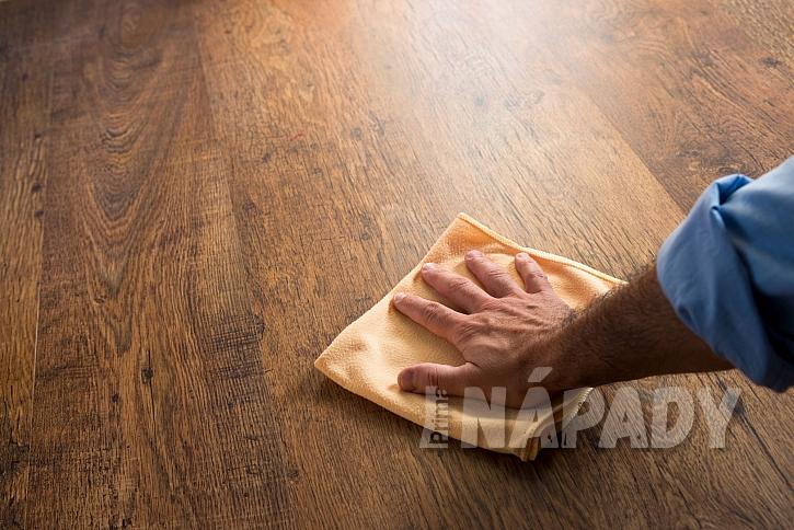 Utírání plovoucí podlahy hadříkem