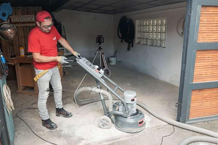 Broušení podlahy pomocí brusky