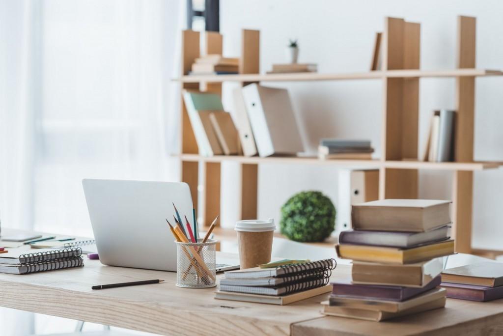 Vhodný pracovní stůl do pracovny i dětského pokoje