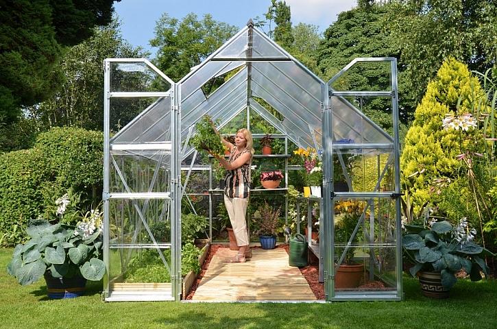 Ve skleníku by se měl člověk pohodlně postavit