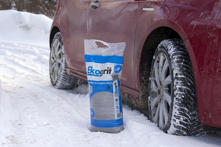 Ekologicky šetrný zimní posyp Liapor je dobré mít stále v kufru auta
