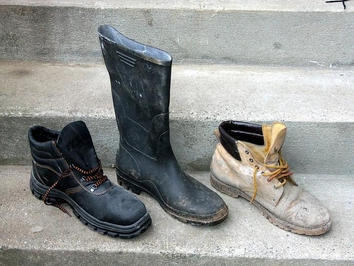 Neklouzavé pevné boty jsou pro bezpečnou přípravu dřeva nezbytné
