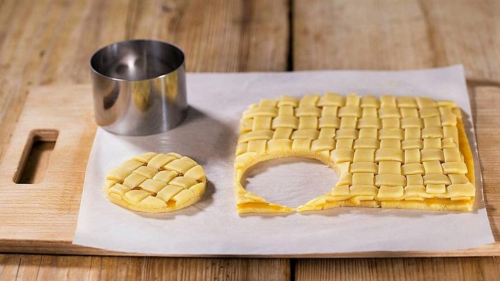 Mřížkové koláčky: vykrajovátkem o průměru 8–10 cm vykrajujeme kolečka