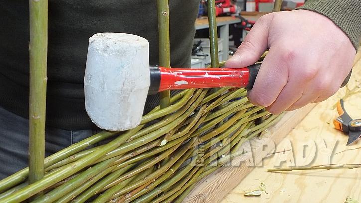 Výroba rovného ozdobného plůtku: utahujeme gumovou paličkou