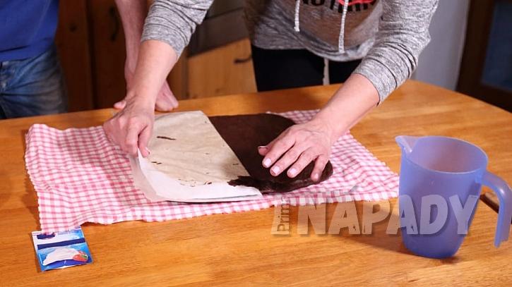 Domácí bezlepková roláda: z korpusupomalu odloupneme papír