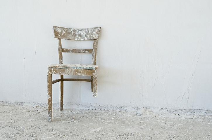 Zlomená noha u židle - dá se opravit nebo raději koupit novou židli? (Zdroj: Depositphotos)